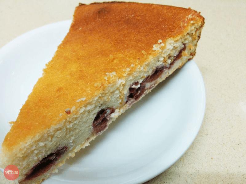 עוגה מגבינת ריקוטה עם קמח שקדים ומלית דובדבנים